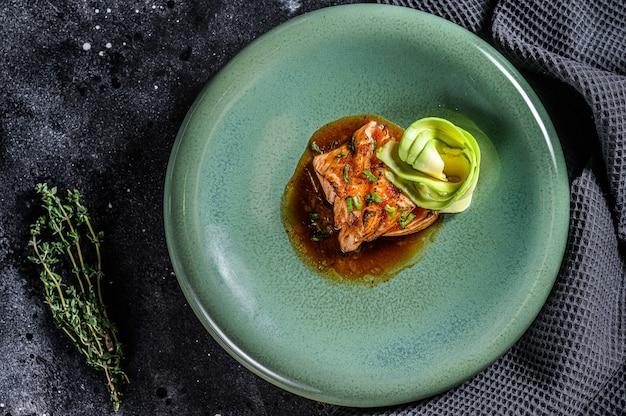 Japoński filet z łososia w sosie teriyaki z awokado