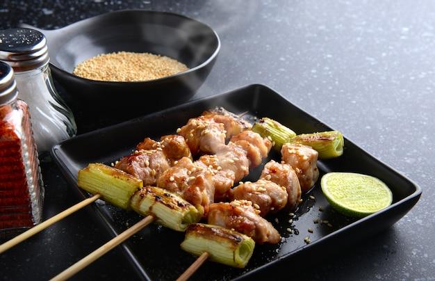 Japoński grill z kurczakiem yakitori.