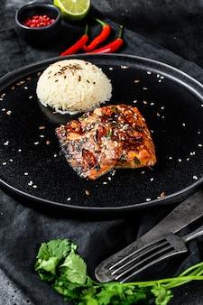 Japoński grillowany teriyaki filet z pstrąga morskiego z dodatkiem ryżu.