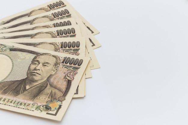 Japoński jen banknotów pojęcie na białym tle z kopii przestrzeni tłem