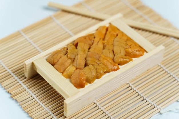 Japoński jeżowca w drewnianej tacy, sushi i składników sashimi
