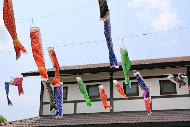 Japoński karp koi flagi dekoracji cios na wietrze.