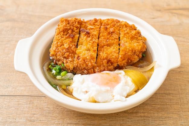 Japoński kotlet schabowy smażony (katsudon) z zupą cebulową i jajkiem, kuchnia azjatycka