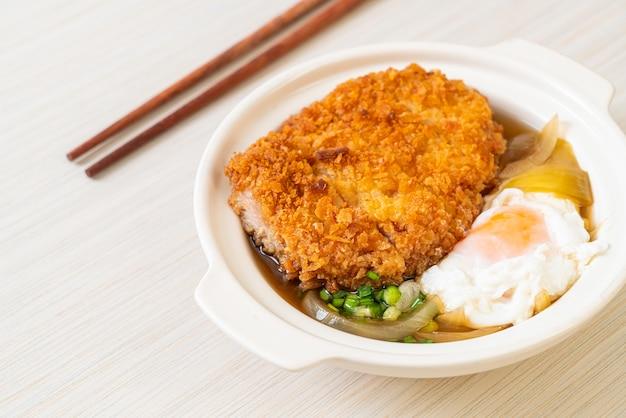 Japoński kotlet schabowy smażony (katsudon) z zupą cebulową i jajkiem - kuchnia azjatycka