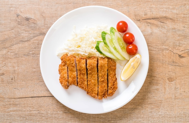 Japoński kotlet wieprzowy smażony w głębokim tłuszczu (zestaw tonkatsu). japoński styl jedzenia