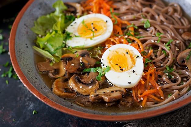 Japoński makaron ramen z miso z jajkami, marchewką i grzybami. zupa pyszne jedzenie.