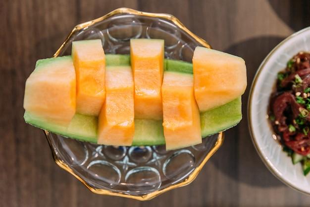 Japoński melon spadziowy rozcina się na całej drodze ze skórką. słodki i delikatny na przystawkę.