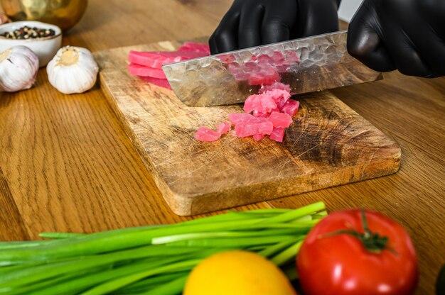 Japoński nóż szefa kuchni sashimi, pokrój surowego tuńczyka do gotowania