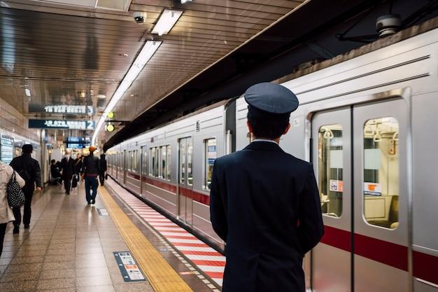 Japoński oficer na stacji kolejowej
