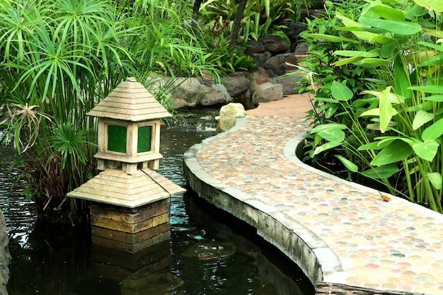 Japoński ogród w jeziorze
