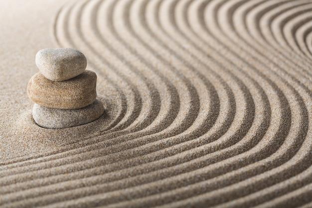 Japoński ogród zen z kamieniem w grabionym piasku