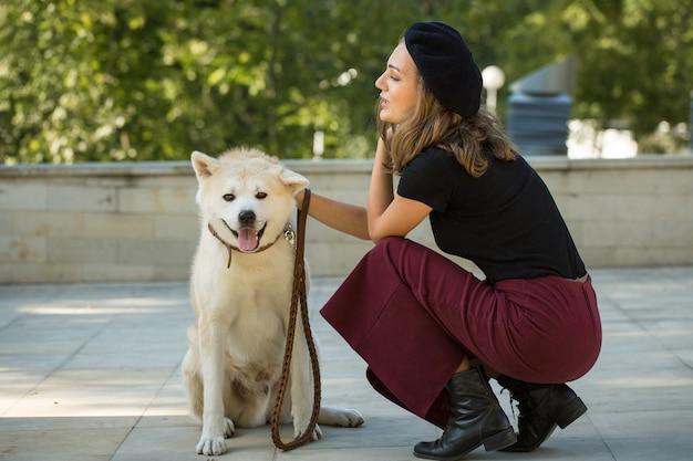 Japoński pies myśliwski rasy kisyu, piękny portret białego psa z bliska