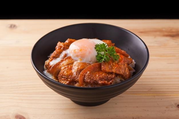 Japoński pikantny brzuch wieprzowy miska ryżu z jajkami