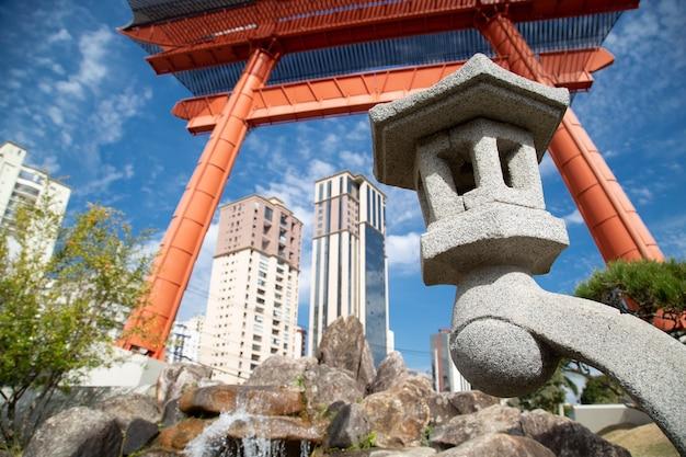 Japoński pomnik ma dwie kolumny przedstawiające fundamenty podtrzymujące niebo