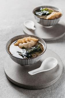 Japoński posiłek pod dużym kątem