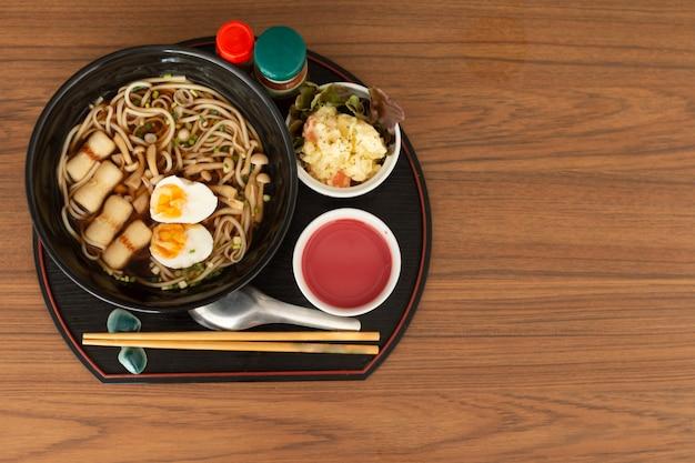 Japoński pszeniczny makaron, udon makaron na drewnianym stole