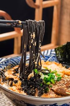 Japoński Ramen Z Owocami Morza Z Sosem Z Mątwy Premium Zdjęcia
