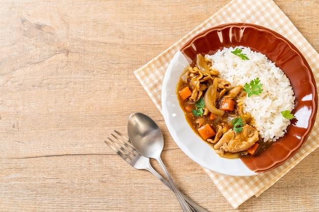 Japoński ryż curry z plasterkami wieprzowiny, marchewką i cebulą - po azjatycku