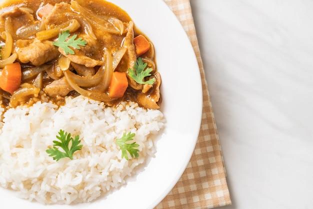 Japoński ryż curry z plastrami wieprzowiny, marchewką i cebulą - po azjatycku