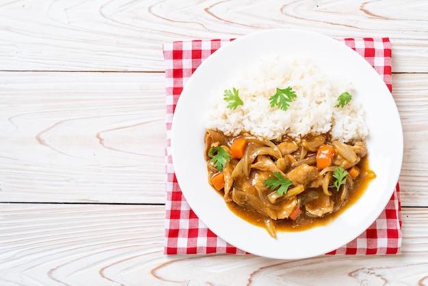 Japoński ryż curry z pokrojoną wieprzowiną, marchewką i cebulą