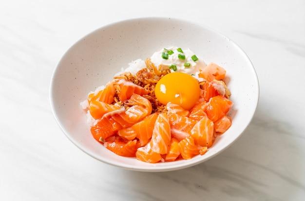Japoński ryż z surowym świeżym łososiem i jajkiem marynowanym - kuchnia azjatycka