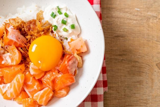 Japoński ryż ze świeżym łososiem surowym i marynowanym jajkiem. azjatycki styl żywności