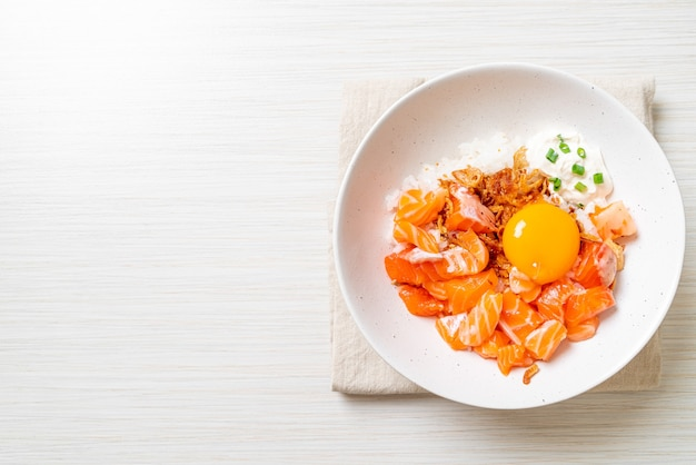 Japoński ryż ze świeżym łososiem surowym i marynowanym jajkiem