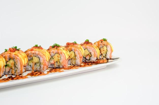 Japoński ser z łososia wędzonego z zestawem wypełnionym warzywami