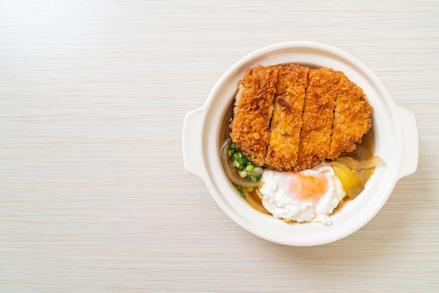 Japoński smażony kotlet schabowy (katsudon) z zupą cebulową i jajkiem - po azjatycką kuchnię