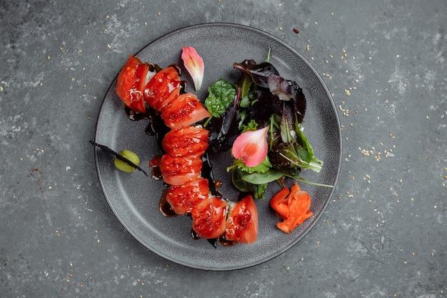 Japoński smok - czerwony smok. awokado, łosoś i ser sushi. widok z góry