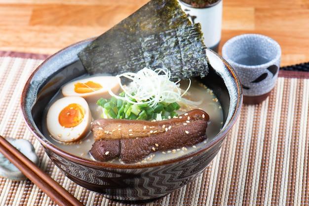 Japoński styl kluski tonkotsu ramen.