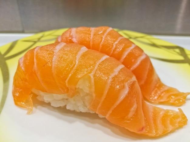 Japoński świeżego łososia atlantyckiego brzucha sushi