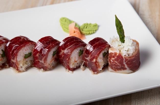 Japoński talerz uramaki szynki żołędziowej i szparagów. pojedyncze zdjęcie.