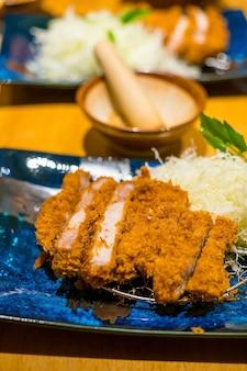 Japoński tonkatsu (smażony kotlet wieprzowy) pełny zestaw. podawany z kapustą szatkowaną.