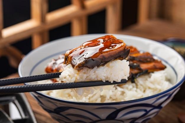Japoński węgorz grillowany z miską ryżu lub unagi don - po japońsku