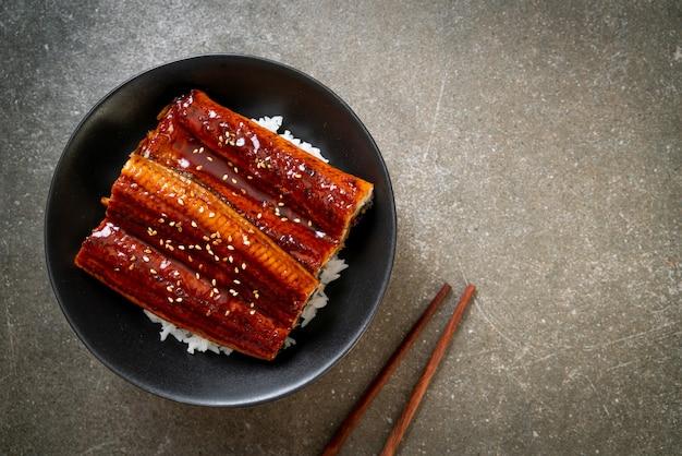 Japoński węgorz grillowany z miską ryżu lub unagi don
