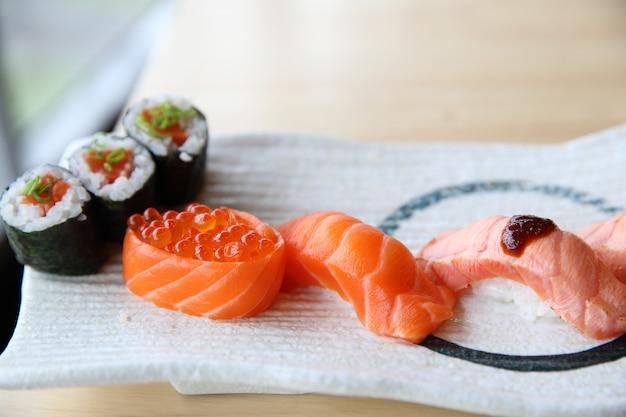 Japoński zestaw sushi z łososia z łososiem maki sushi z łososiem i kawiorem