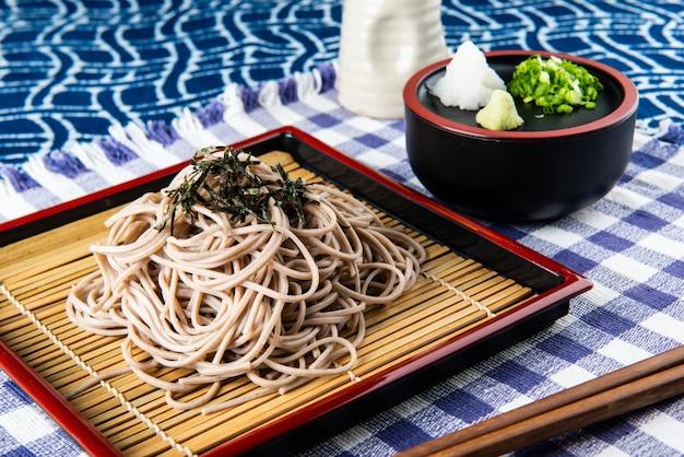 Japoński zimny makaron lub zaru soba.