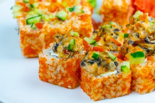 Japońskie bułeczki z czerwonym kawiorem i ostrym sosem z małży