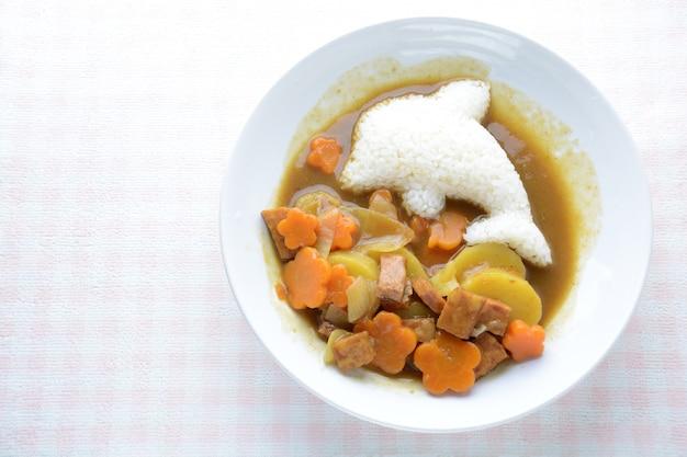 Japońskie curry o kształcie ryżu delfinowego i smażonego kurczaka, (karaage)