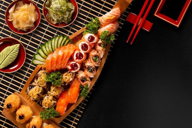 Japońskie jedzenie combo w czarnym tle
