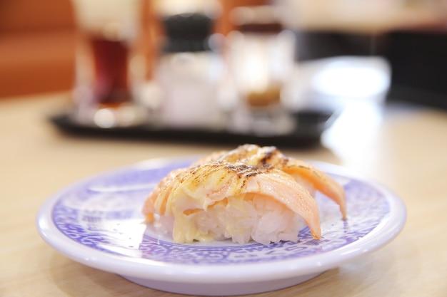 Japońskie jedzenie grillowany łosoś sushi