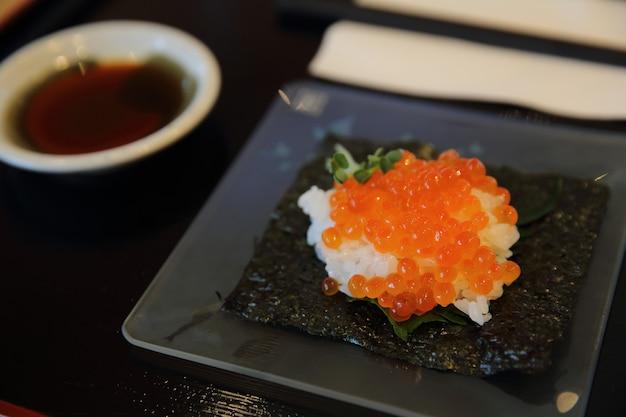 Japońskie jedzenie ikura sushi, ikra z łososia z ryżem