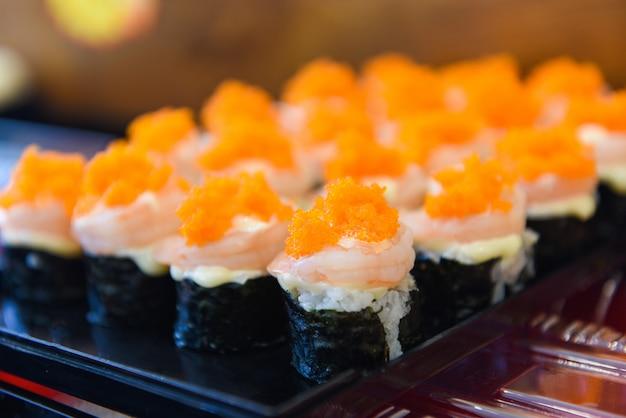 Japońskie jedzenie krewetek sushi