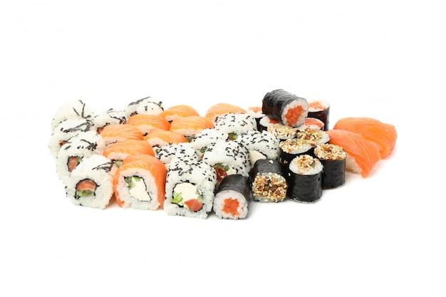 Japońskie jedzenie. pyszne sushi rolki na białym tle