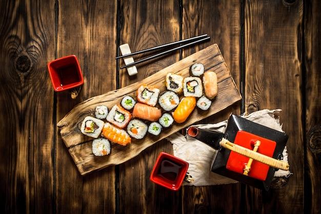 Japońskie jedzenie . roladki sushi i herbata ziołowa.