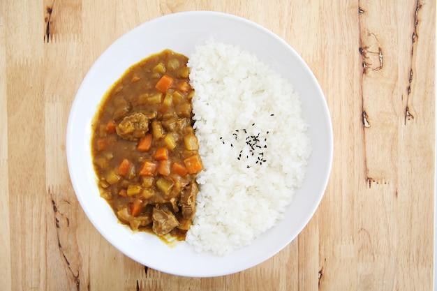 Japońskie jedzenie ryż curry na tle drewna