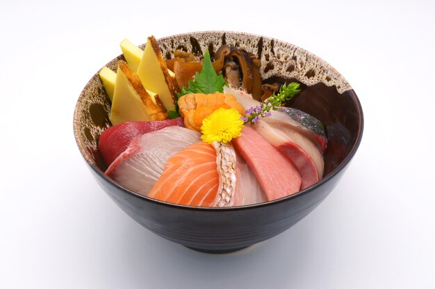 Japońskie jedzenie surowe ryby mieszane sashimi (maguro, otoro, łosoś, morze