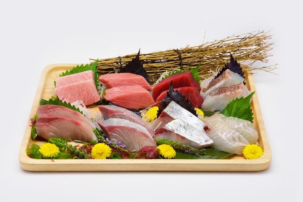Japońskie jedzenie surowe ryby mieszane sashimi (maguro, otoro, łosoś, okoń morski, hamachi)