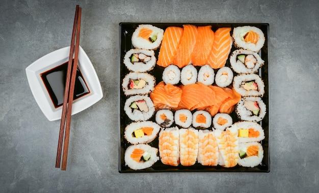 Japońskie jedzenie sushi. maki ands roll z tuńczykiem, łososiem, krewetkami, krabem i awokado